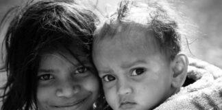 O drama de 11 milhões de mães solo suecas pobres na pandemia*; uma criança sorridente e um bebê sério olham para a câmera