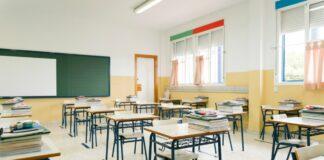 Escolas suspendem atividades de contraturno em 2021; imagem mostra sala de aula vazia