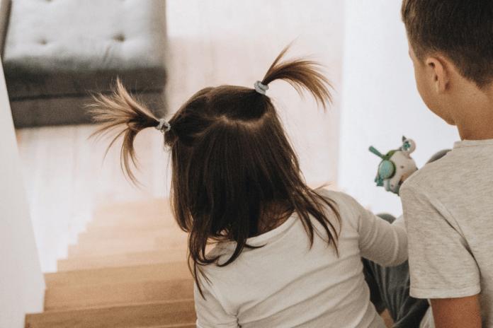 Como despertar o melhor dos filhos para que sejam bem-sucedidos?; menino e menina descem escada de casa