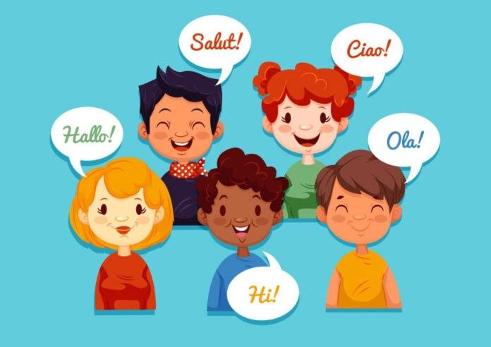 Educação bilingue: como os pais podem ajudar os filhos; ilustração mostra 5 pessoa,s entre meninas e meninos falando com balões que trazem a palavra 'olá' em vários idiomas