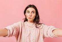 O que você faz quando discorda do método da professora de seu filho?; mulher adulta de casaco rosa tem os olhos para o lado e lábios para outro