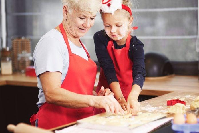 5 motivos para envolver as crianças no preparo de receitas; vó brinca com neta durante preparo de receita