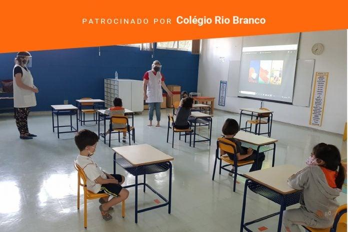 Modelo remoto de ensino ao longo de 2020 deixa importantes lições para 2021; imagem mostra sala de aula com distanciamento entre alunos nas carteiras