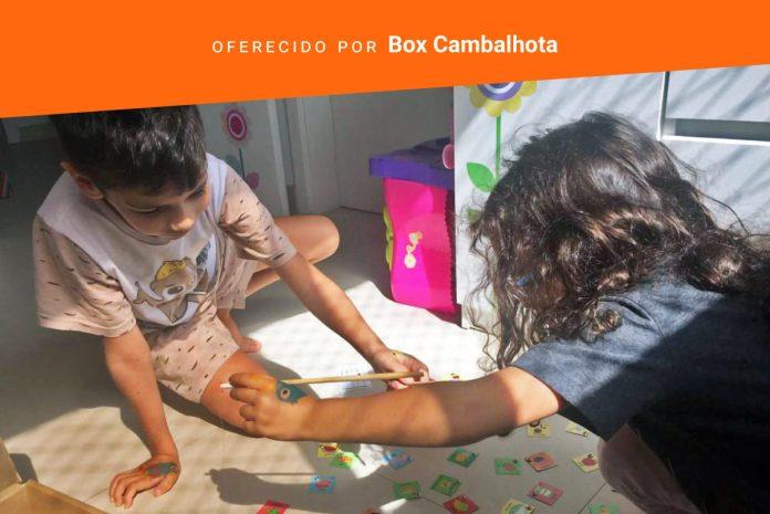 Clube de assinatura oferece jogos para conectar pais e filhos; duas ciranças brincam no chão jogo da Box Cambalhota