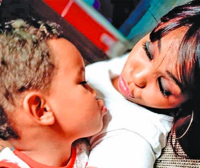 Quase metade das mães com filhos pequenos deixa o emprego, aponta IBGE; Sara e o filho Alex, 3 anos