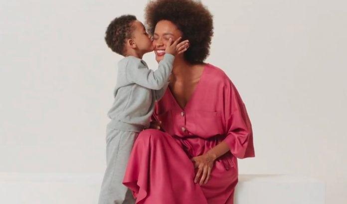 Campanhas Dia das Mães: 9 vídeos inspiradores; menino beija mãe no rosto