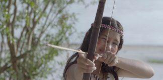 TV Futura estreia nova programação infantil; menina índia mira alvo e segura arco e flecha nas mãos