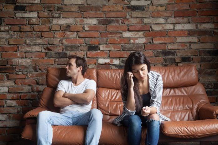 Casal chateado sentado no sofá