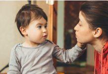 Você realmente escuta o que seu filho diz?; mãe olha nos olhos do filho, que tem mão sob rosto dela