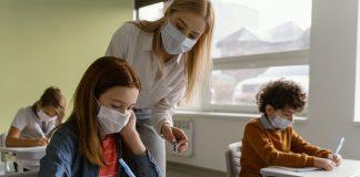 Crianças e professora na escola com máscaras