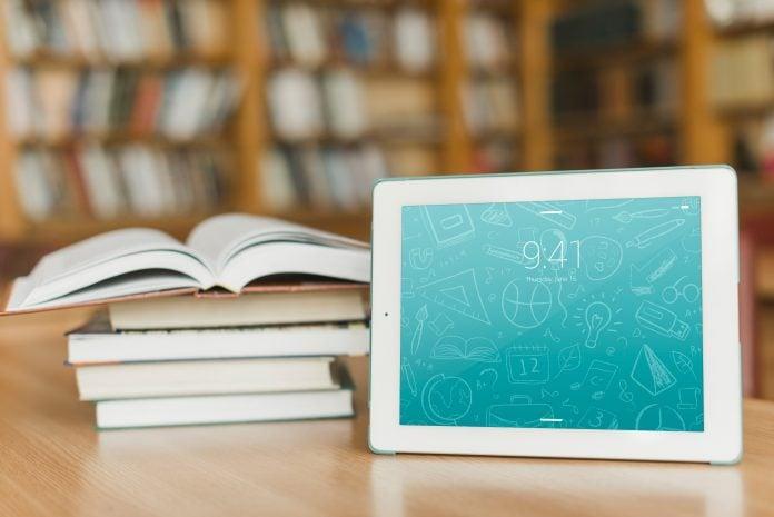 Diferença entre ler em livros e em telas/Pilha de livros e tablet