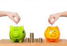 Educação financeira: escolas e famílias devem trabalhar o tema com as crianças; duas mãos colocam moedas em dois cofrinhos, um verde e outro rosa