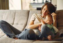 Na pandemia, quem sofre mais: famílias com filho único ou com mais filhos?; mãe está sentada com filho no sofá e encosta sua cabeça na dele