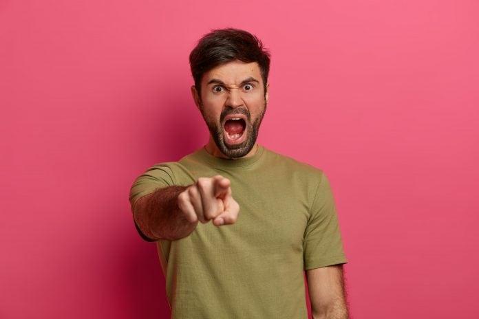 Pais podem falar palavrão?; homem gritando e apontando para frente