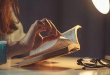 5 livros sobre educação socioemocional para pais; mulher sentada segura livros sobre pernas