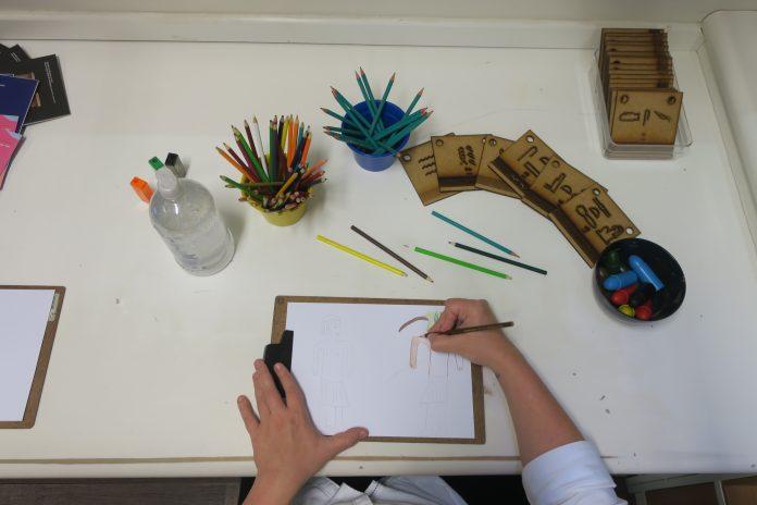 CCBB Educativo oferece atividades digitais e presenciais para o mês de junho; criança desenhando em um papel com lápis coloridos