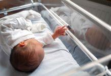 Caso do filho de Whindersson é um alerta para riscos do parto prematuro; foto mostra recém-nascido deitado dentro de incubadora