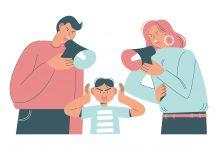 Pais, atenção: o grito não pode ser recorrente na relação com os filhos; ilustração mostra mãe e pai falando em alto-falante direcionado ao filho que tampa os ouvidos com as mãos