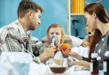 Inverno: uma estação que agrava doenças respiratórias; pais cuidando de criança doente fazendo inalação
