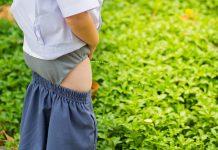 Fimose em meninos: maioria dos casos não exige cirurgia; saiba mais sobre essa condição; imagem mostra menino fazendo xixi na grama