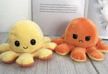 """""""Polvo do humor"""": o brinquedo tendência que ajuda crianças a expressarem emoções; dois polvos do humor, um amarelo e feliz e outro laranja e bravo"""
