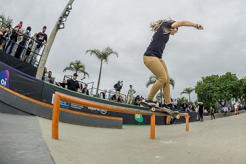 Skate, um esporte para qualquer idade; Pamela Rosa, fazendo a manobra 50/50