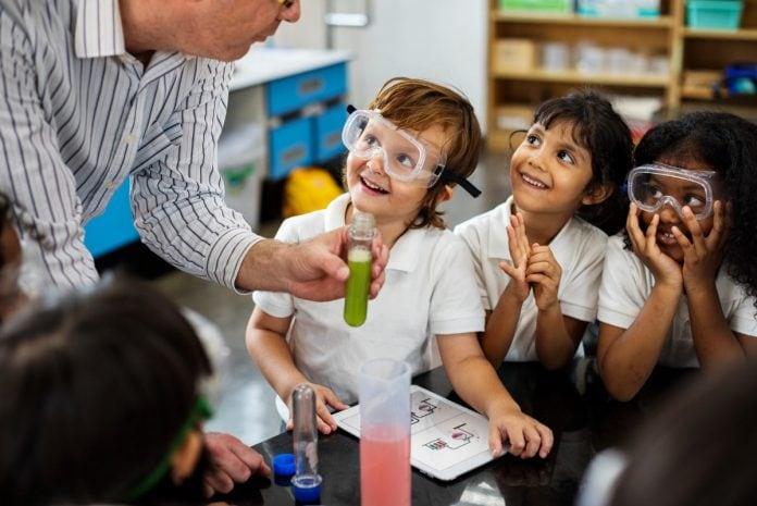 Crianças e ciência: a importância do conhecimento científico na infância; menino e menina fazendo experimentos no laboratório
