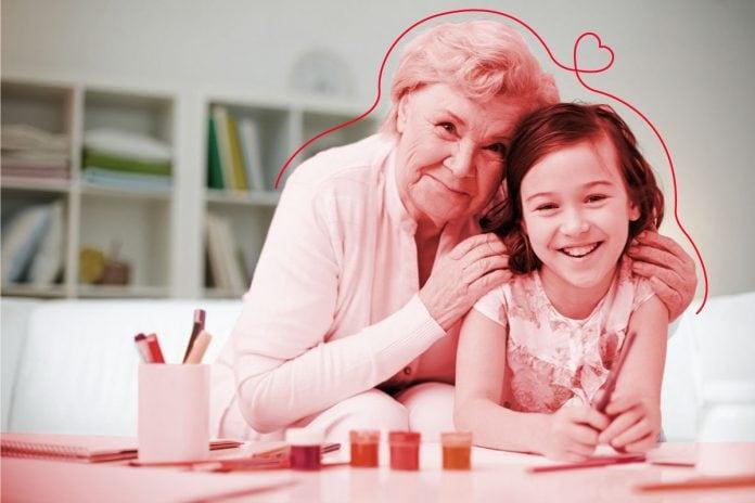 Conselhos de vó: o que é mito ou verdade no que elas falam; avó abraça neta que apoia braços sobre mesa