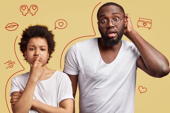Sexualidade: como e quando falar com as crianças; pai de óculos coloca mão atrás do ouvido e filho tem dedo sobre boca em expressão de dúvida