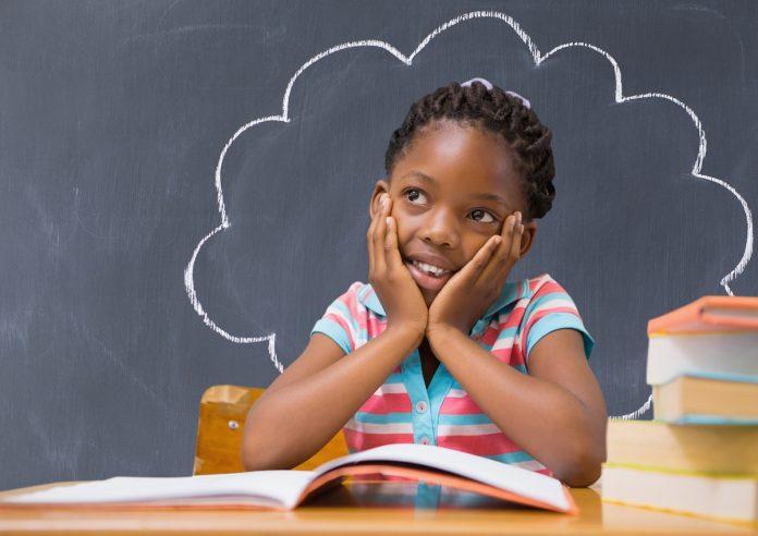 Histórias de fracasso de empreendedores ensinam muito às crianças; menina pensativo com lousa preta atrás e desenho de nuvem com giz branco que a envolve