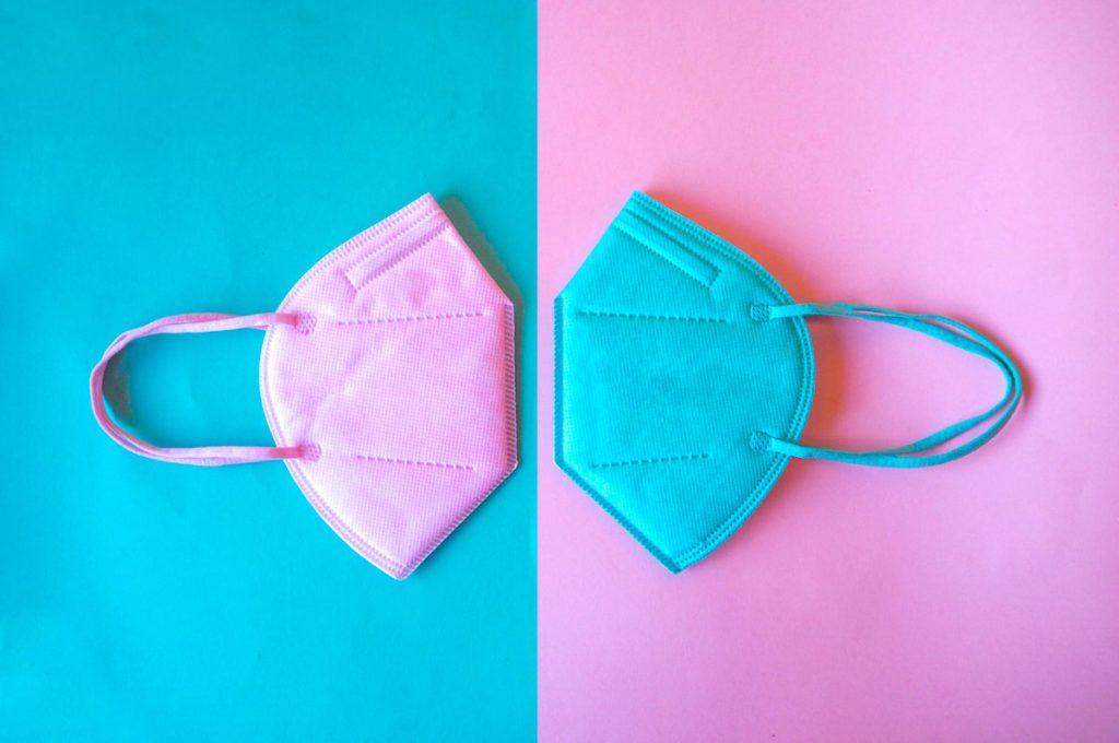Máscaras PFF2 passam a ser fabricadas em tamanho infantil; máscara infantil PFF2 nas cores rosa e azul