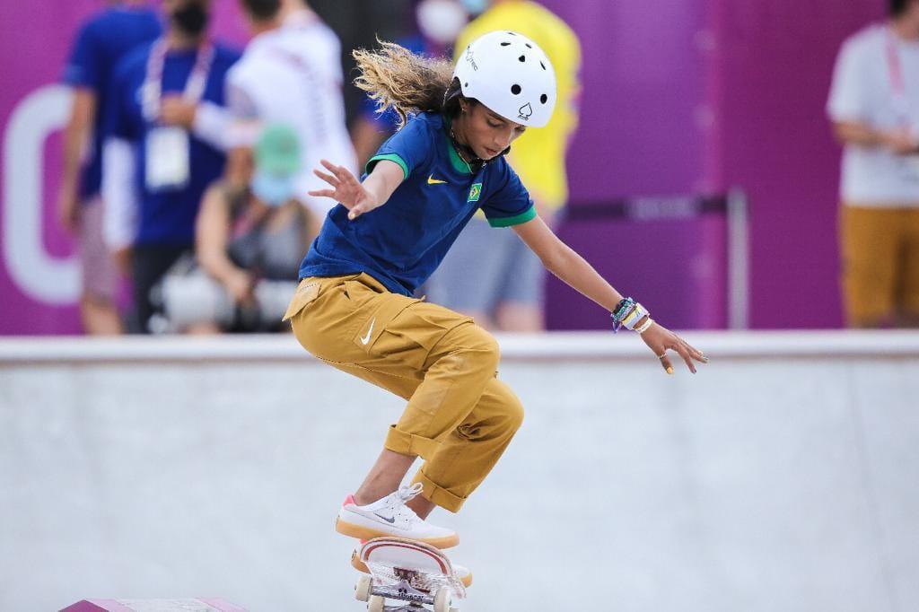 Skate, um esporte para qualquer idade; Rayssa Leal fazendo a manobra
