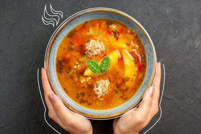 Receitas de sopa: 5 sugestões que fazem sucesso com a criançada; mãos seguram cumbuca de sopa