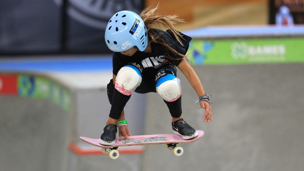 Skate, um esporte para qualquer idade; Sky Brown fazendo a manobra