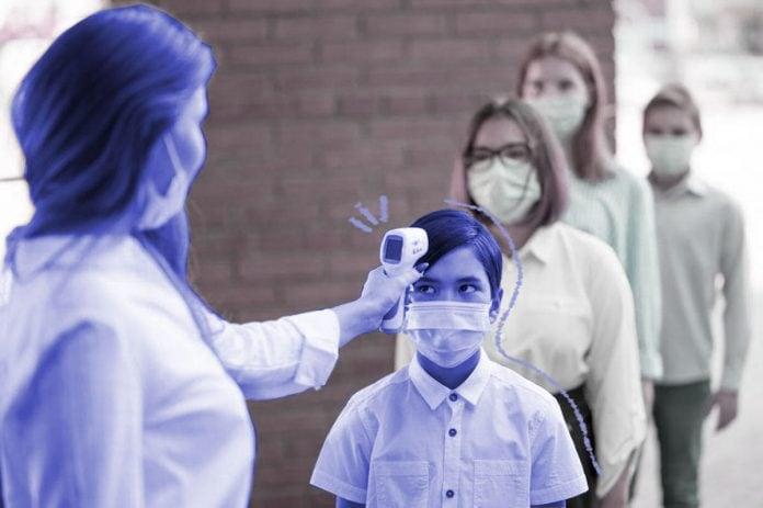 Volta às aulas presenciais: o que esperam mães e pais do retorno no segundo semestre; crianças com máscaras fazem fila para medição de temperatura