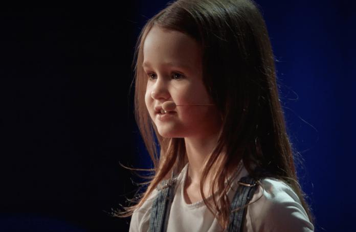 TED talk é apresentado por uma garota de 7 anos que promete saber como fazer uma criança florescer aos 5 anos de idade