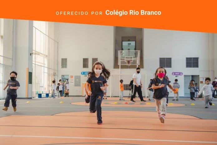 Volta às aulas: hora de valorizar a educação física!; crianças de máscara correm na quadra da escola