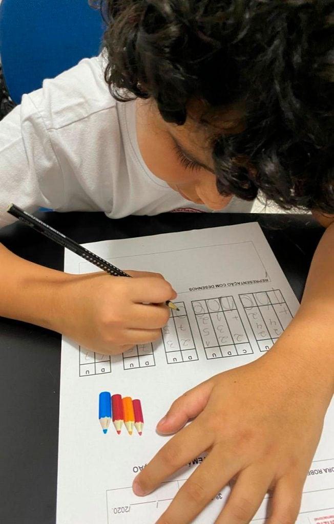 Lucca Scatolin Fraga, de 9 anos, realiza algumas atividades em formato adaptado, sobre o mesmo conteúdo passado para o restante da classe