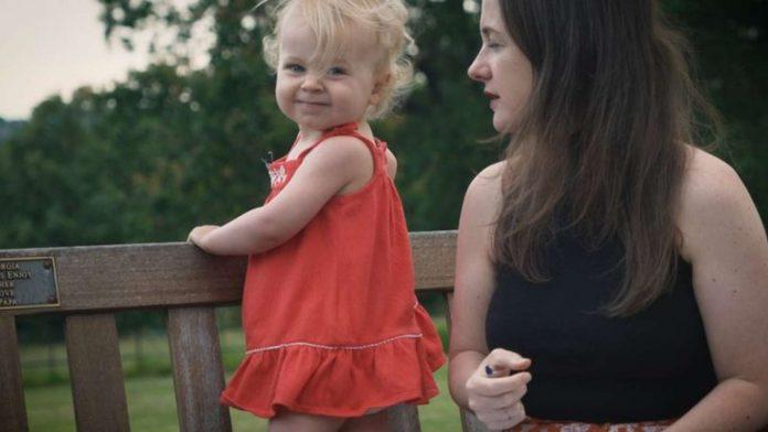 Desenvolvimento da fala: crianças de 2 anos já falam palavras difíceis?; bebê Alice e a mãe Morgana Secco
