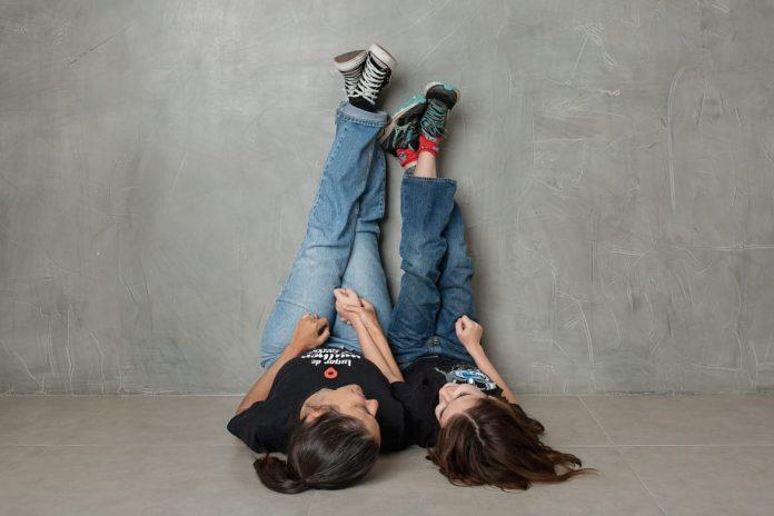 Minha experiência com o teste neuropsicológico e o diagnóstico que recebi; Bebel e o filho Felipe estão deitados no chão com as pernas levantadas apoiadas na parede