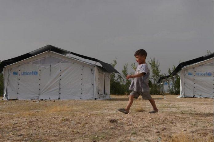 Unicef diz que 10 milhões de crianças do Afeganistão precisam de ajuda; Menino caminha entre tendas montadas pelo Unicef em Cabul, no Afeganistão