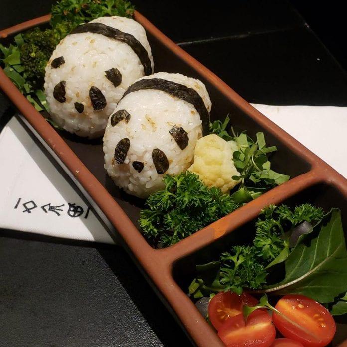 5 receitas para crianças que gostam de comida japonesa; bolinhos de arroz japonês com recheio de salmão grelhado
