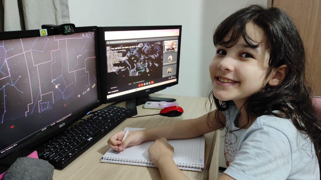 Nicole Oliveira, prodígio de astronomia de 8 anos, já detectou 7 asteroides; Nicole na aula de astronomia