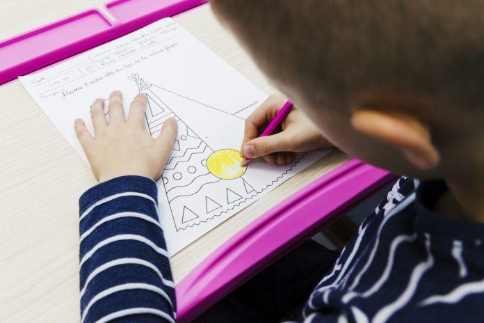 Crianças de baixa renda foram as mais afetadas psicologicamente pelo fechamento das escolas, mostra estudo