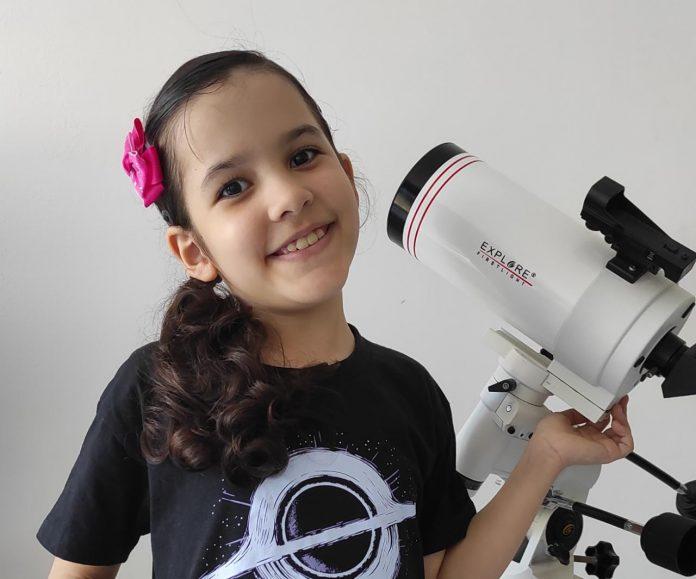 Nicole Oliveira, prodígio de astronomia de 8 anos, já detectou 7 asteroides; Nicole com o seu telescópio
