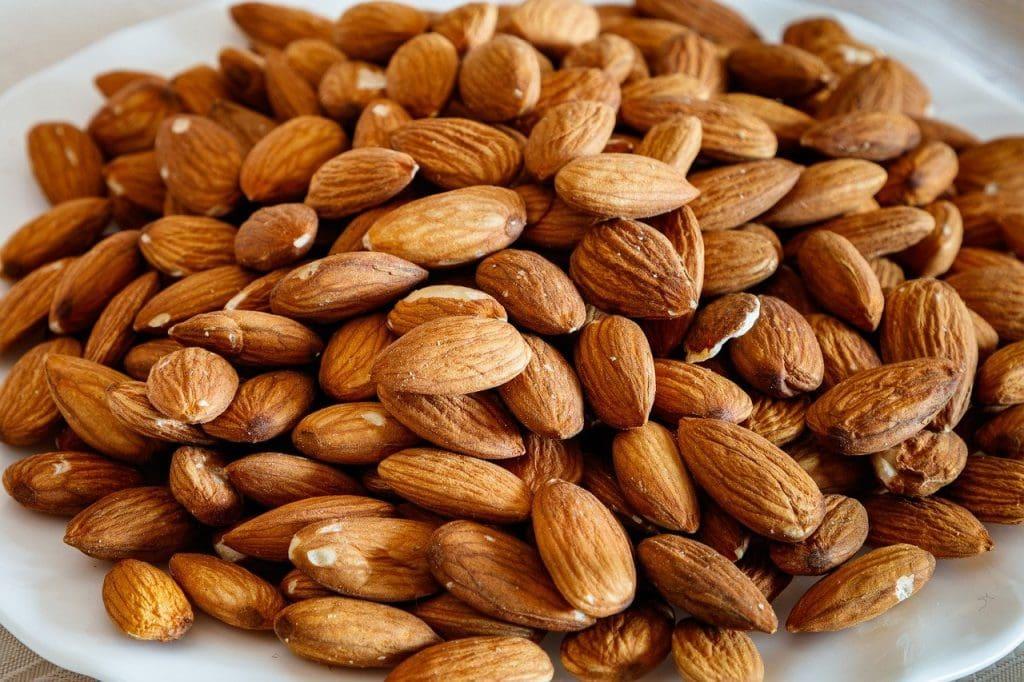13 alimentos superpoderosos para a saúde das crianças; amêndoas empilhadas