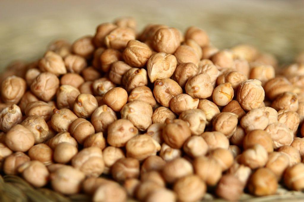 13 alimentos superpoderosos para a saúde das crianças; foto de grão de bico empilhado